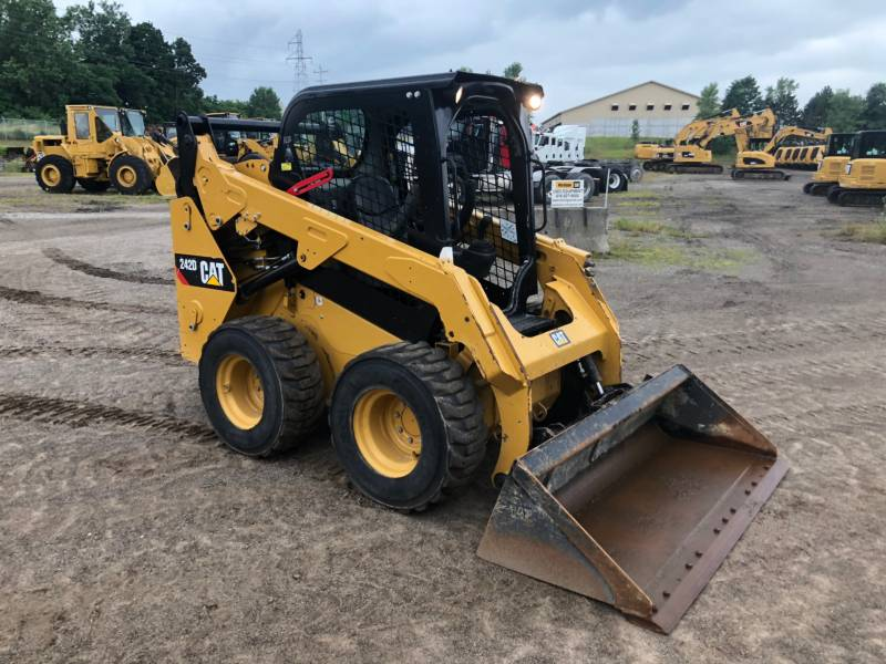 CATERPILLAR PALE COMPATTE SKID STEER 242 D equipment  photo 1