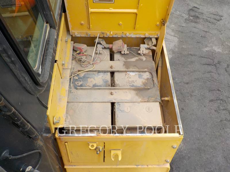 CATERPILLAR TRACK TYPE TRACTORS D6T XL equipment  photo 17