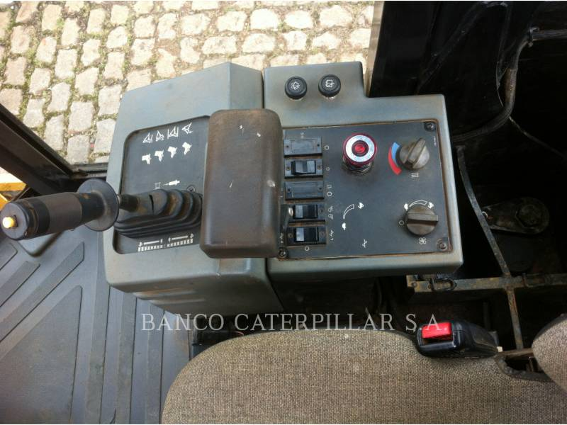 CATERPILLAR COMPACTEUR VIBRANT, MONOCYLINDRE LISSE CS-423E equipment  photo 16