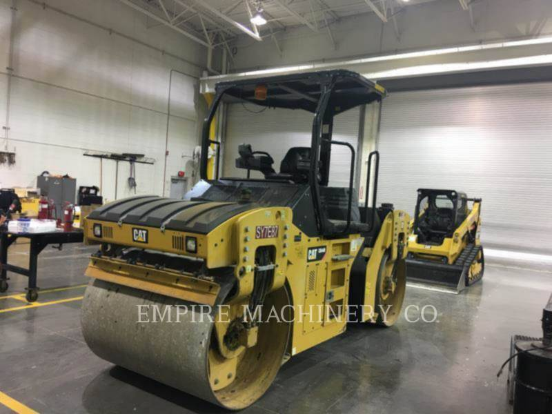 CATERPILLAR TRILLENDE DUBBELE TROMMELASFALTEERMACHINE CB44B equipment  photo 2