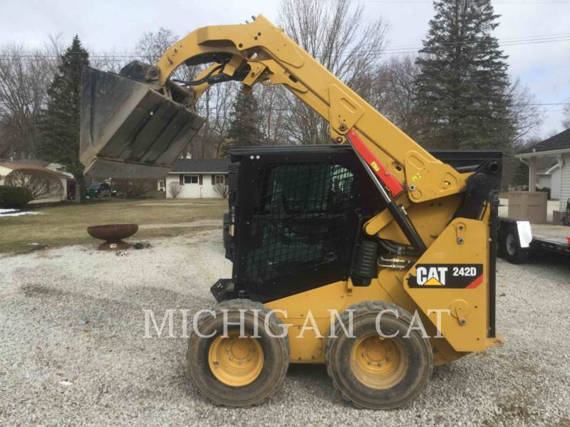 CATERPILLAR SKID STEER LOADERS 242D equipment  photo 10