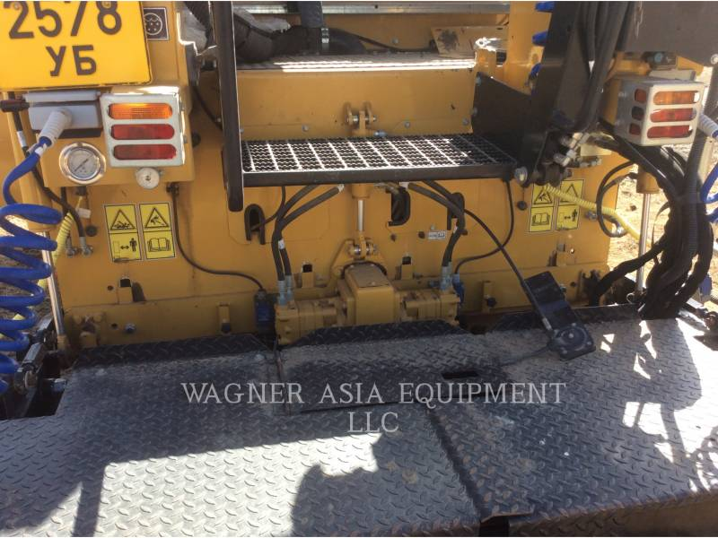 CATERPILLAR ASPHALT PAVERS AP-300 equipment  photo 12