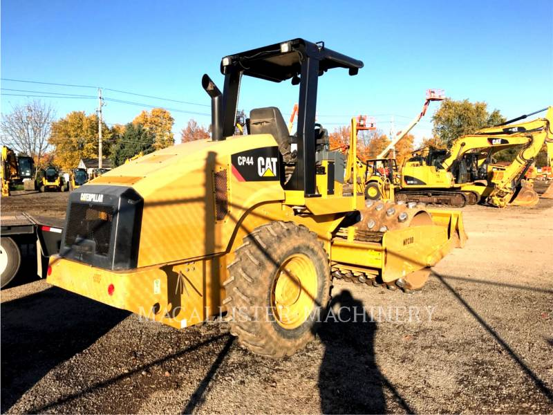 CATERPILLAR COMPACTEUR VIBRANT, MONOCYLINDRE À PIEDS DAMEURS CP44 equipment  photo 3