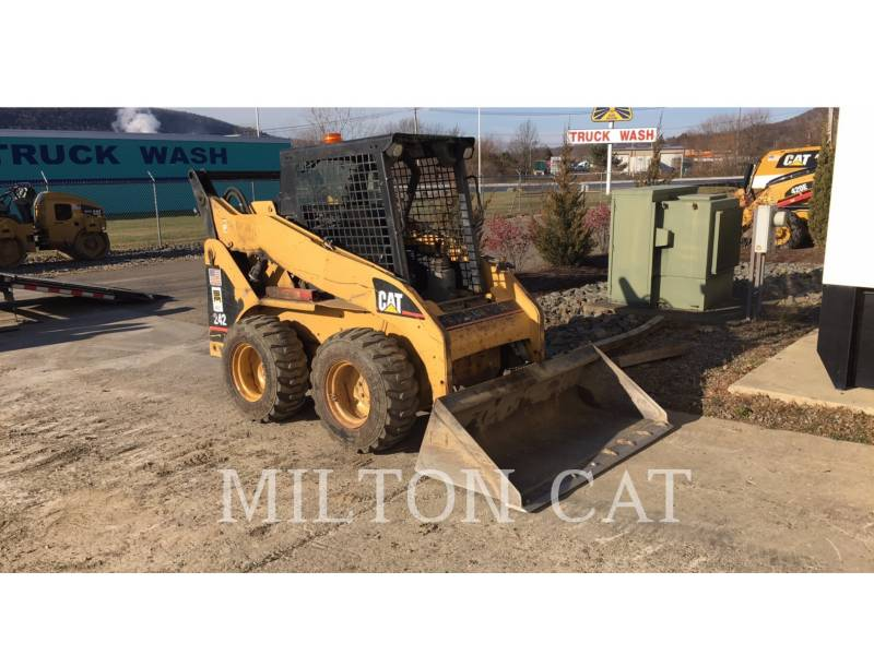 CATERPILLAR SKID STEER LOADERS 242 equipment  photo 1
