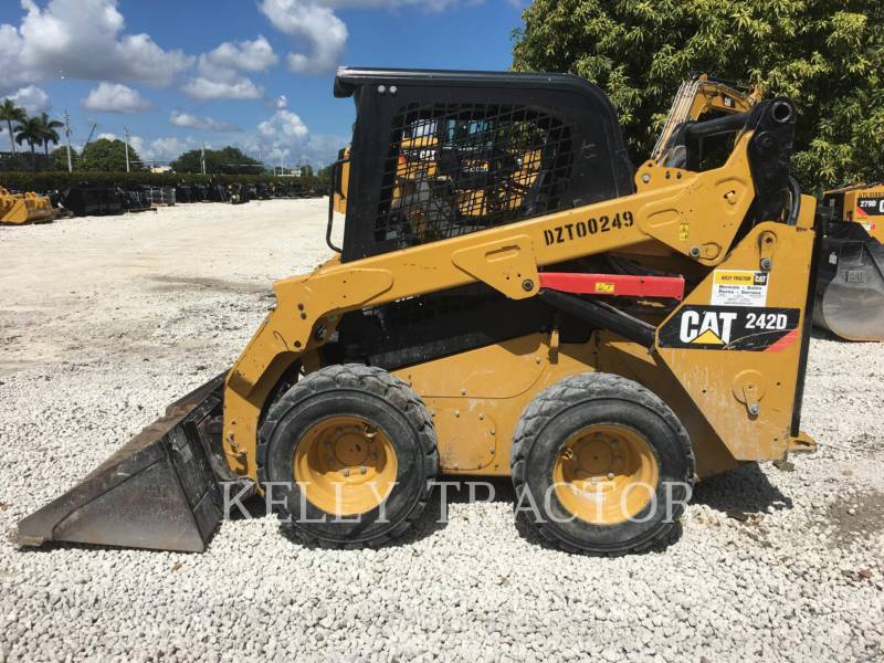 CATERPILLAR MINICARGADORAS 242D equipment  photo 2