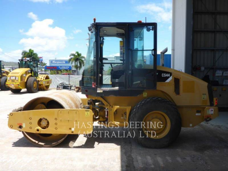 CATERPILLAR COMPACTEUR VIBRANT, MONOCYLINDRE LISSE CS 44 equipment  photo 2