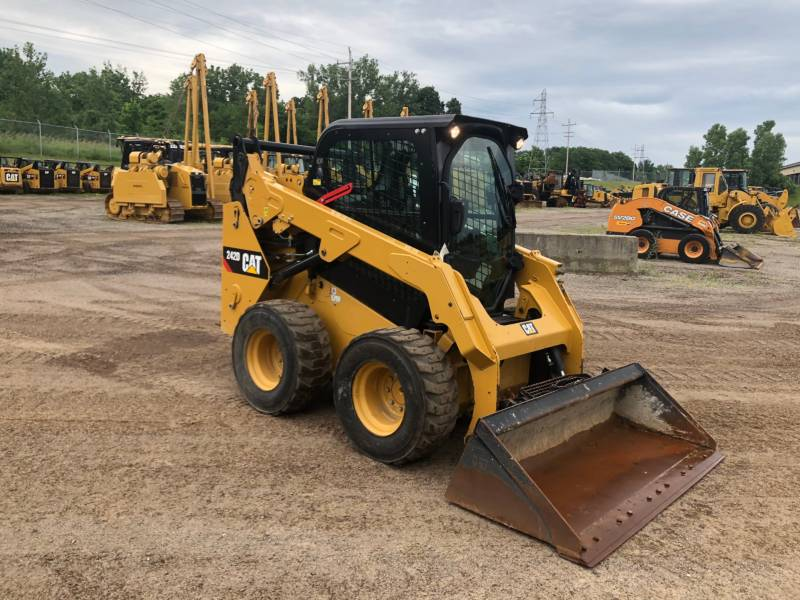 CATERPILLAR 滑移转向装载机 242 D equipment  photo 1