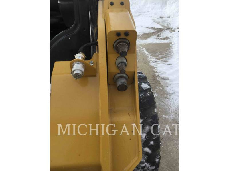 CATERPILLAR KOMPAKTLADER 242D equipment  photo 11