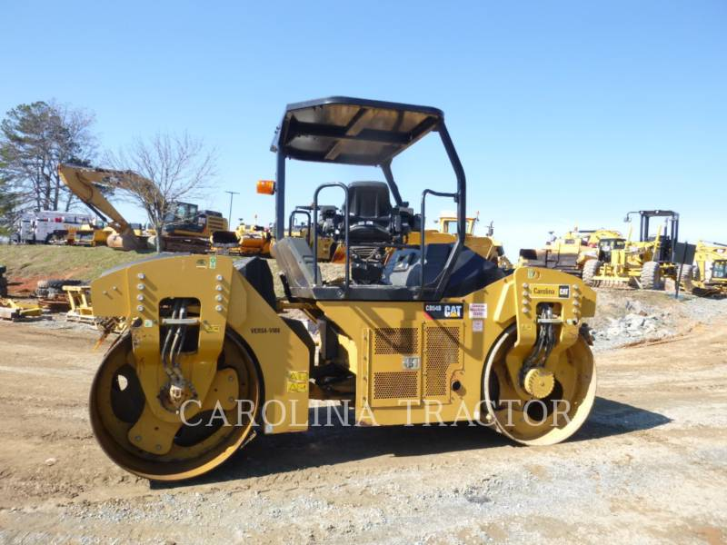CATERPILLAR TRILLENDE DUBBELE TROMMELASFALTEERMACHINE CB54B equipment  photo 4