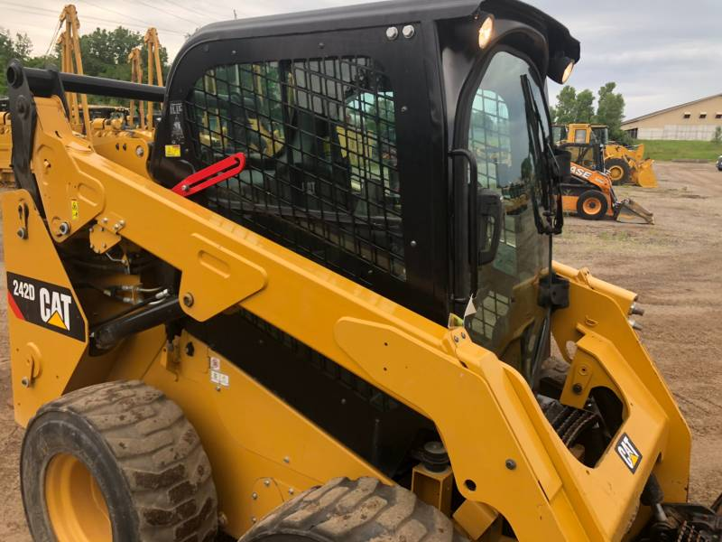 CATERPILLAR 滑移转向装载机 242 D equipment  photo 10