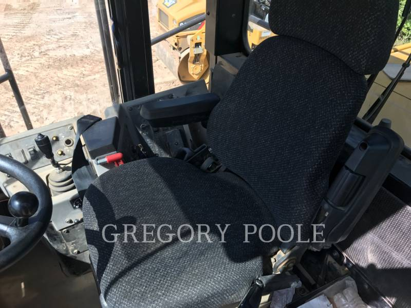 CATERPILLAR TRACTEURS SUR PNEUS 815F II equipment  photo 21