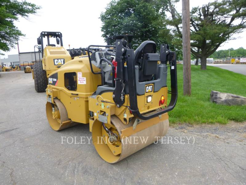 CATERPILLAR TRILLENDE DUBBELE TROMMELASFALTEERMACHINE CB24B equipment  photo 4