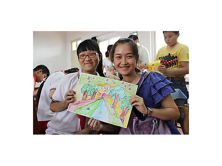 卡特彼勒徐州员工与彭城培智学校学生一起绘画