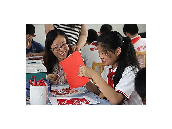 卡特彼勒徐州员工与彭城培智学校学生一起剪纸