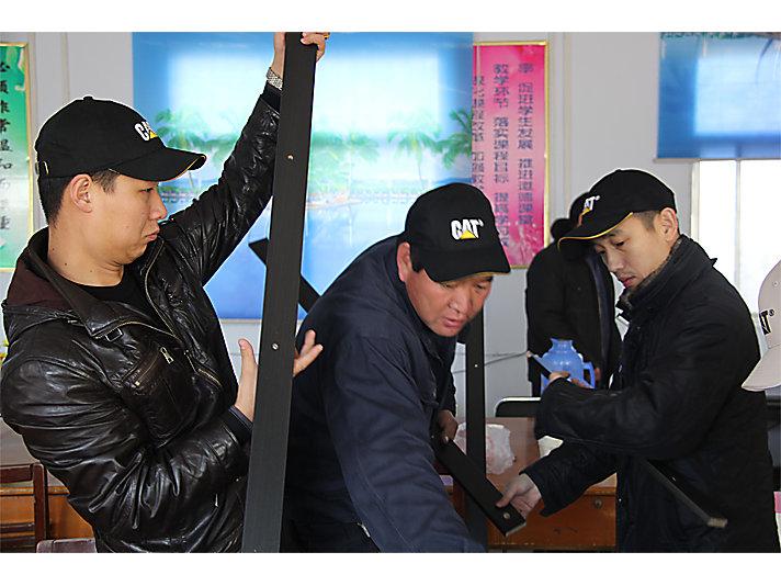 卡特彼勒郑州员工志愿者参与广武镇第七小学希望图书室书架安装