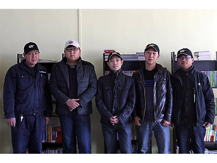 卡特彼勒郑州员工志愿者参与广武镇第七小学希望图书室书架安装后合影