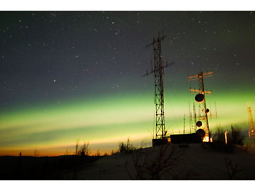 Tour de télécommunication avec des aurores boréales