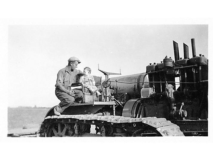 婴儿 Lanny第一次坐上60型拖拉机
