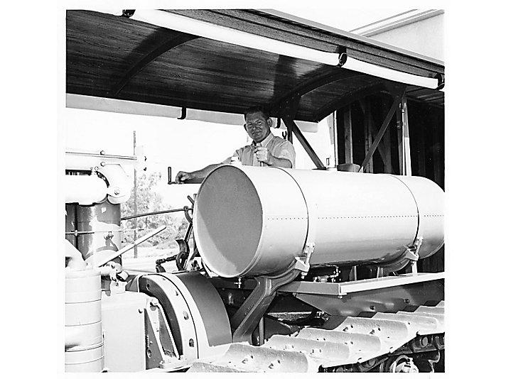1973年,Lanny把拖拉机还原成原有的样子之后再次进行操作