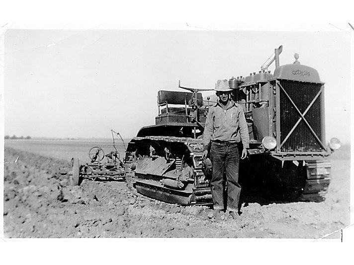 Lanny的父亲Antone Gisler购买了他们家里的60型拖拉机