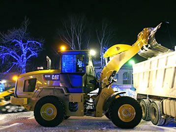 Мини-погрузчики и фронтальные погрузчики убирают снег