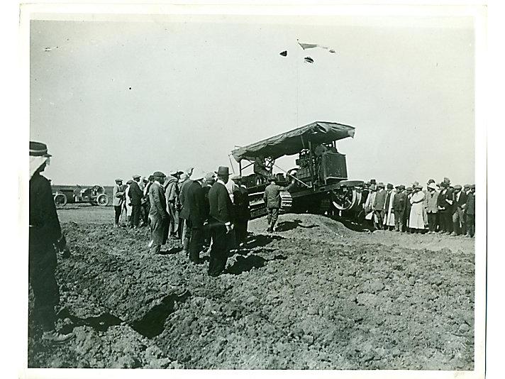 Holt 60 拖拉机在突尼斯的展示,包括图中1913年的这一次,是为了消除整个地区农业产业对拖拉机的疑虑