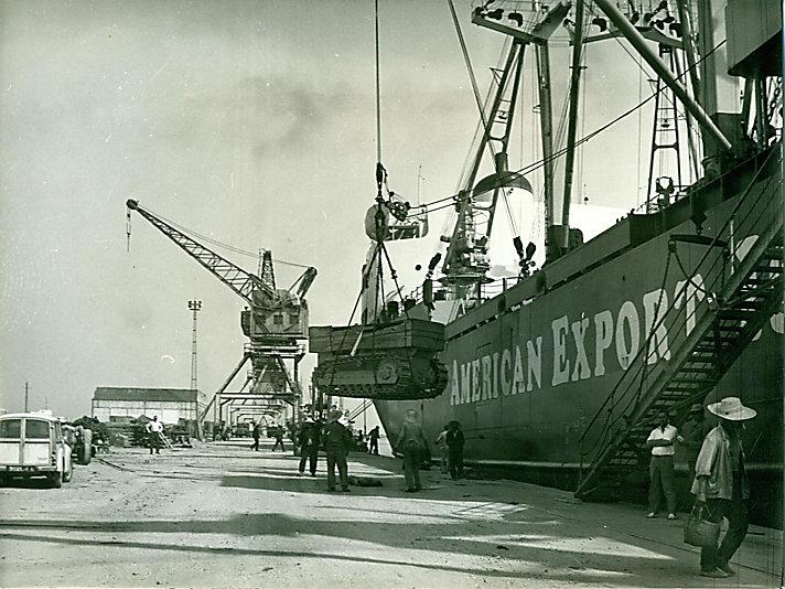 第一台卡特彼勒D4拖拉机在突尼斯附近的拉古莱特港被卸下船