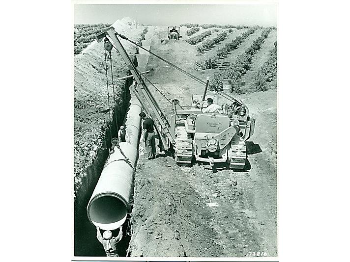 1950年,北非的一台配有铺管机配件的卡特彼勒D7拖拉机