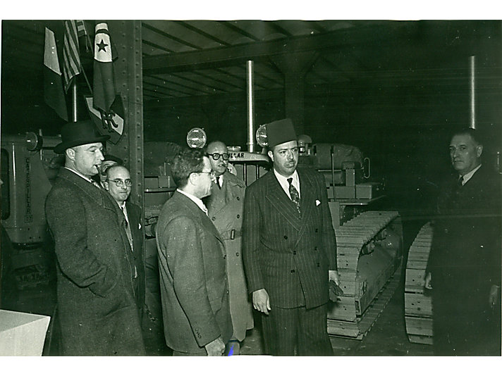 Paul Parrenin 和其他人一同检查卡特彼勒D7拖拉机
