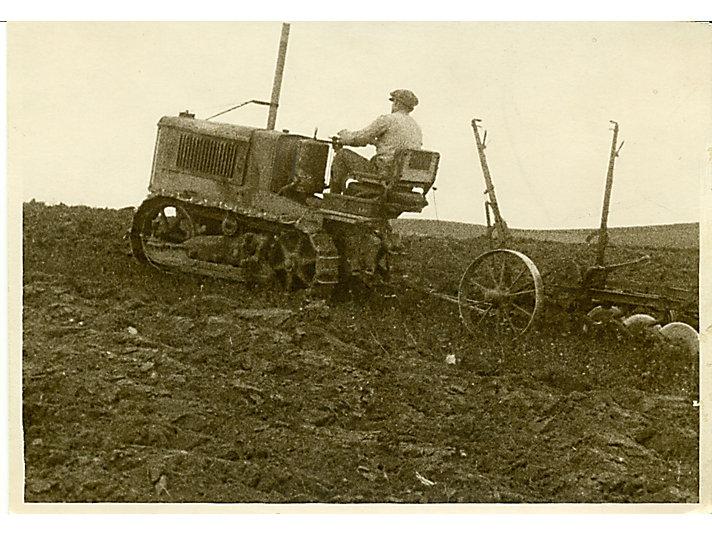1925年拍摄的卡特彼勒2吨拖拉机在北非拉犁