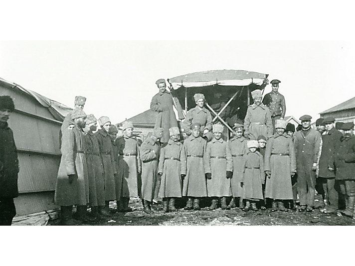 Holt Tractor with Soldiers 1913