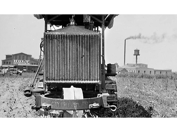 这台Holt履带式拖拉机可能是在伊利诺伊州东皮奥利亚工厂制造的第一台卡特彼勒拖拉机。