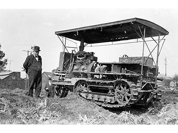 Benjamin Holt与一台早期的履带式拖拉机。