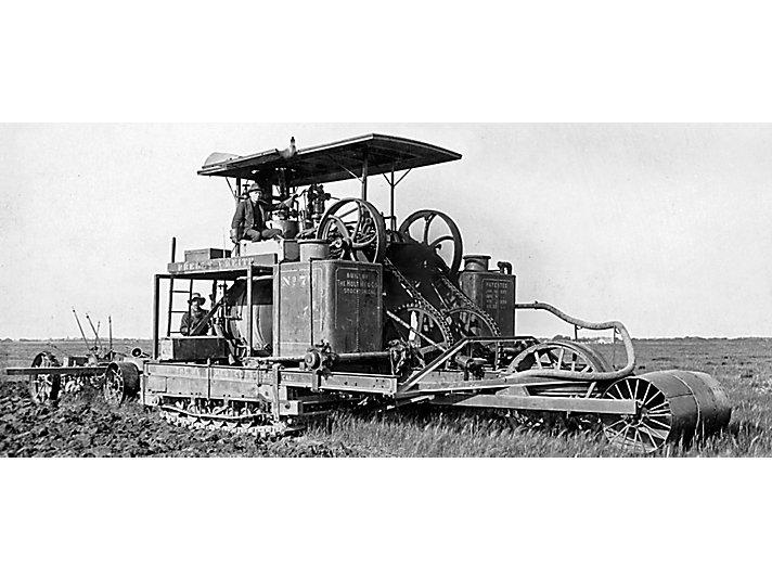 Pliny Holt驾驶第一台蒸汽动力的履带式拖拉机77号。