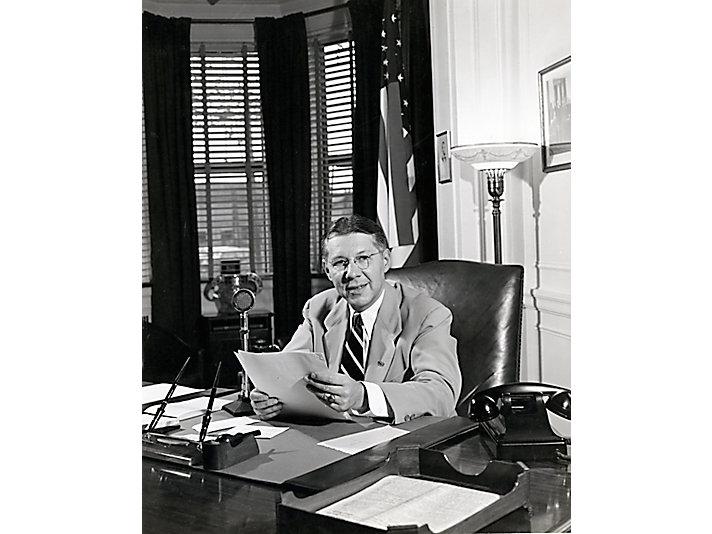 1942年 Neumiller 在他的办公室