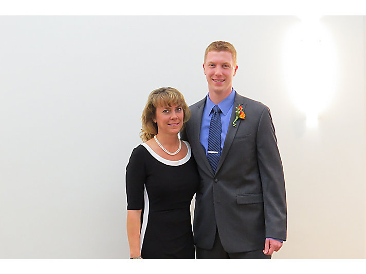 Kim Van Mieghem和她的儿子 Brennen,他们是家族中为卡特彼勒服务的第四代和第五代。