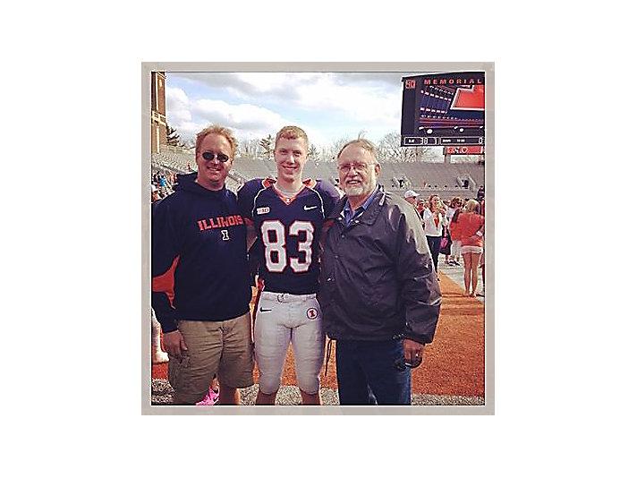 Van Mieghem家族中第五代卡特彼勒员工Brennen Van Mieghem站在他的父亲(左一)和祖父Bill(右一)旁边。