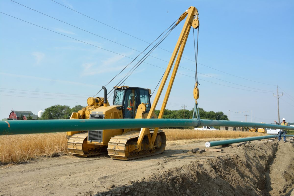 Loenbro handles every aspect of the pipeline operations on a turnkey basis— from clearing Right of Way and removing topsoil, hauling in and streaming pipe, welding the pipe sections together, trenching and lowering in the pipe—to backfilling, compacting, dozing the topsoil back into place and seeding