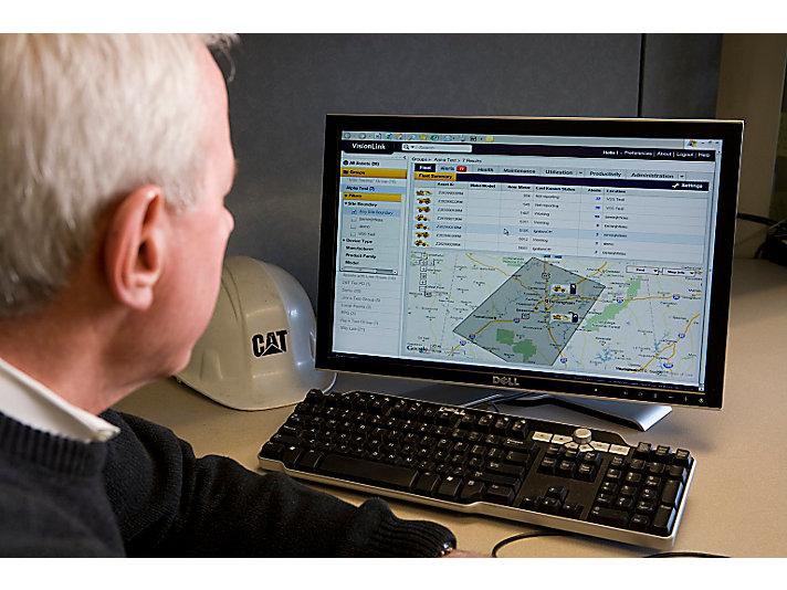 卡特彼勒员工正在使用VisionLink监控设备运行情况