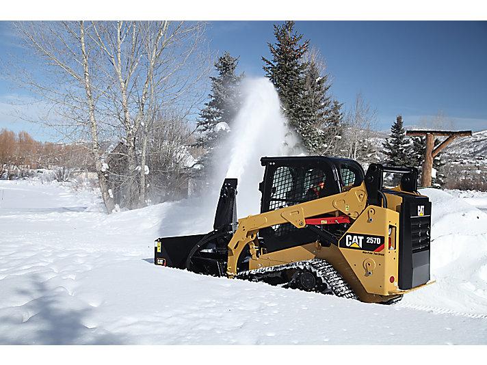 Cargador Todoterreno 257 Cat® y Máquina Quitanieves SR118 trabajando rápidamente en nieve profunda