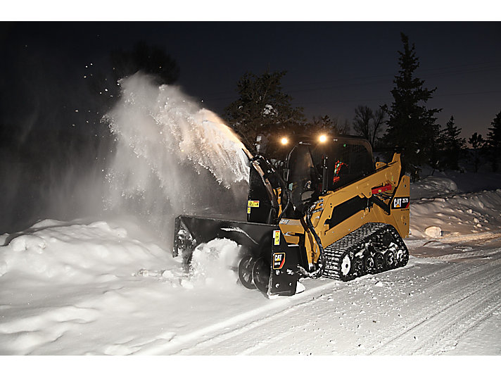 Máquina Quitanieves SR118 Cat® en trabajo nocturno