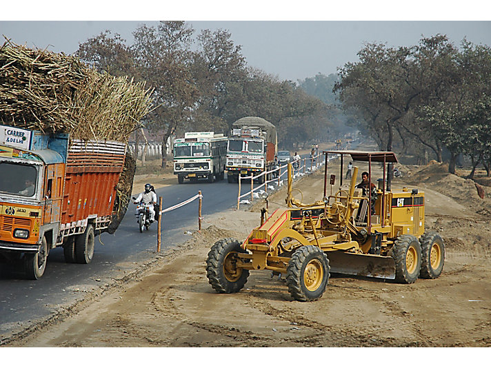Cat® equipment works on the highway known as the Golden Quadrilateral, India, 2005