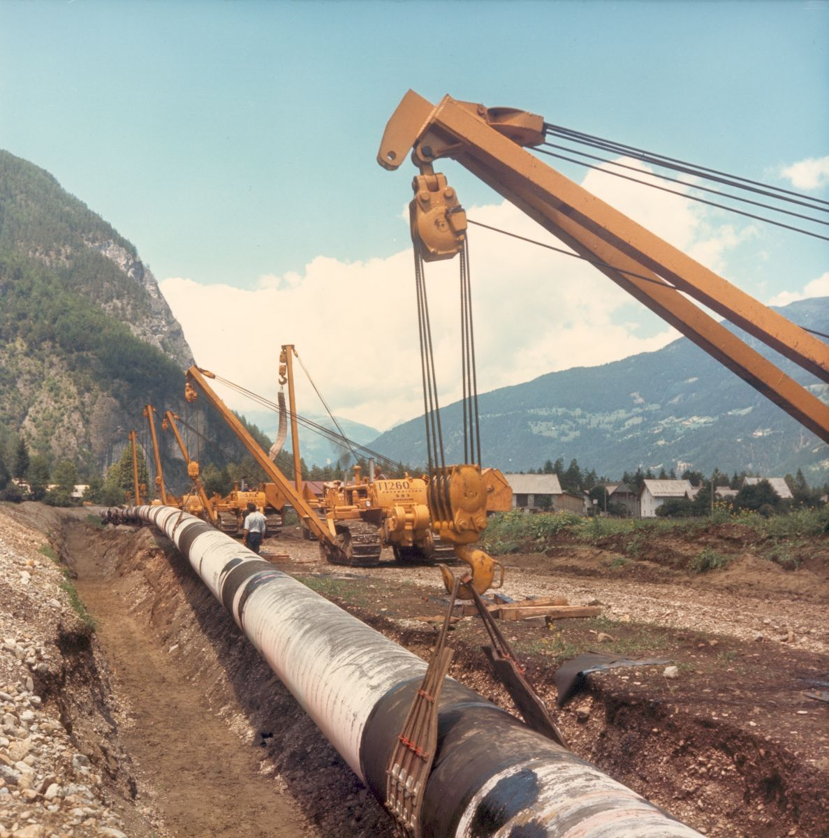 Caterpillar introduces its first integrated pipelayer machine, the No. 583, 1955.