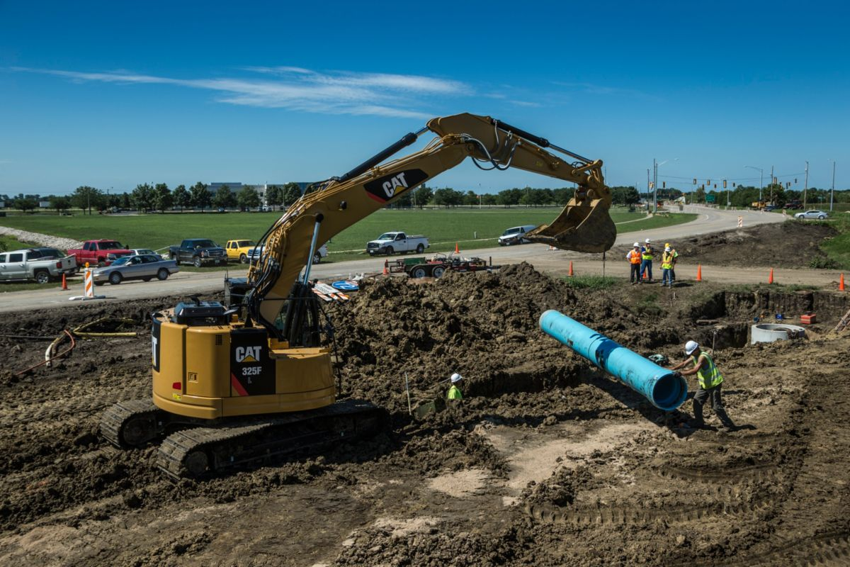 United Contractors Midwest put the 25-ton Cat® 325F to work on a six-mile-long storm sewer project, which was part of a larger road-widening project to alleviate traffic jams in Springfield, Illinois.
