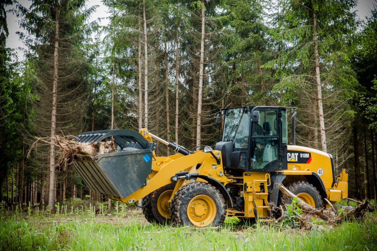 Cat® 910M Wheel Loader Turns Compost Business Into Something Valuable
