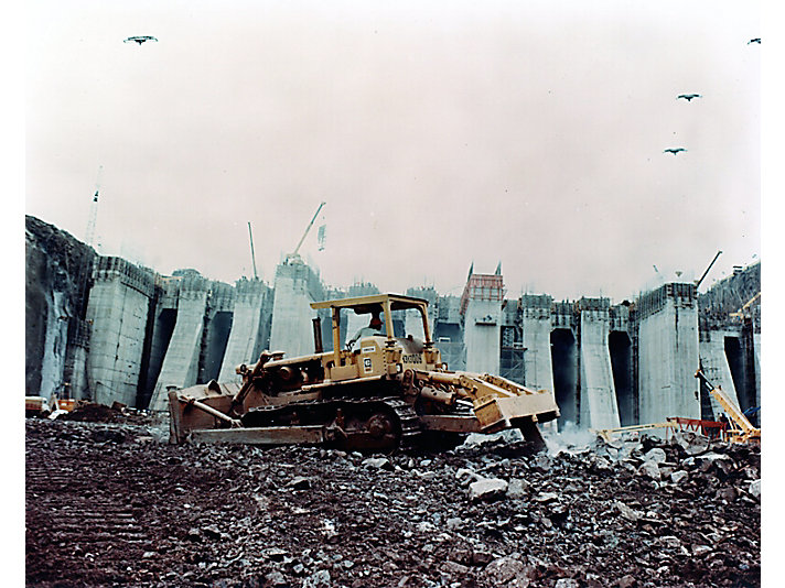 Cat® track-type tractors work on the Brazil side of the Itaipu Dam site in 1975.