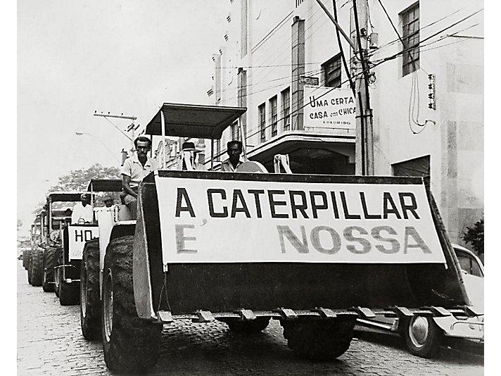 """Com os dizeres """"a Caterpillar é nossa"""", população comemorou a chegada da empresa em Piracicaba"""