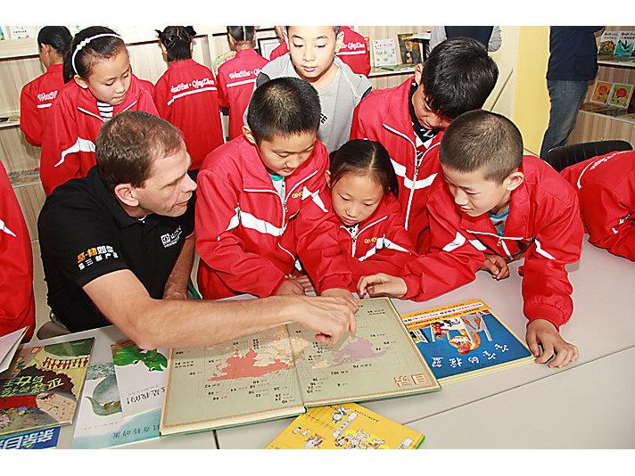 卡特彼勒青州为当地小学捐赠阅览室设施