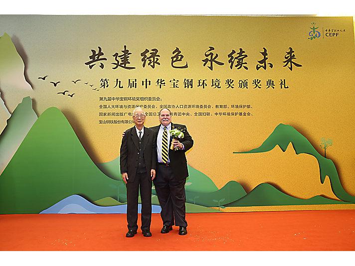 国家环境保护局首任局长曲格平(左)向卡特彼勒上海在制造工厂总经理狄世荣(右)颁奖