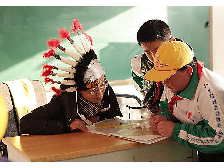 卡特彼勒志愿者和新龙学校学生一起读书
